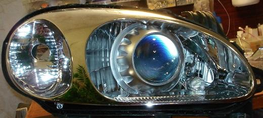 На снимке линзы в фары под галогеновые лампы