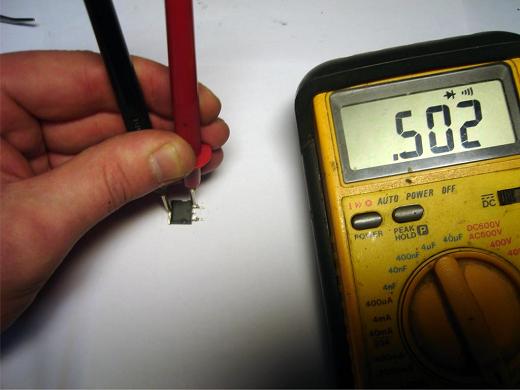 Процесс проверки конденсатора мультиметром на фото