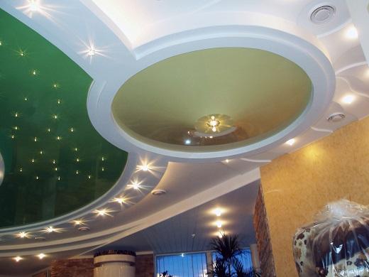 Гипсокартонный потолок с точечными светильниками на фото