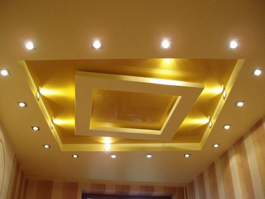 На снимке пример дизайна освещения гипсокартонного потолка