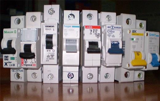 На снимке представлены различные виды автоматических выключателей