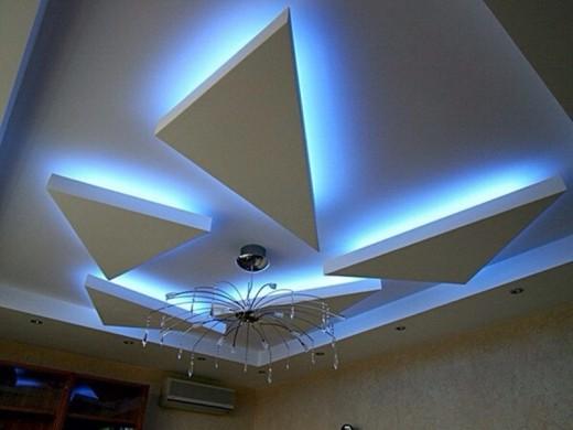 Дизайн потолка с применением светодиодной ленты и люстры на снимке