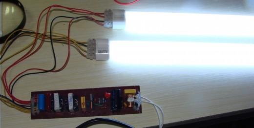 Дроссель, подключеный к люминесцентным лампам на фотографии