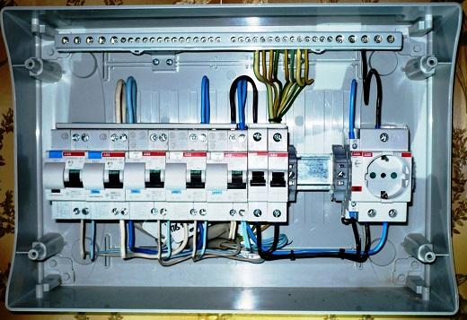 Пример установки электрического щитка и розетки в бане