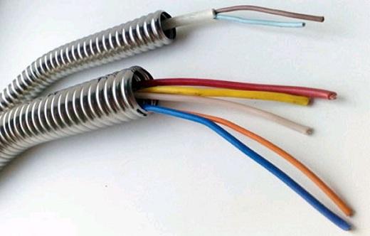 На фото представлена гофра для электропроводки металлическая