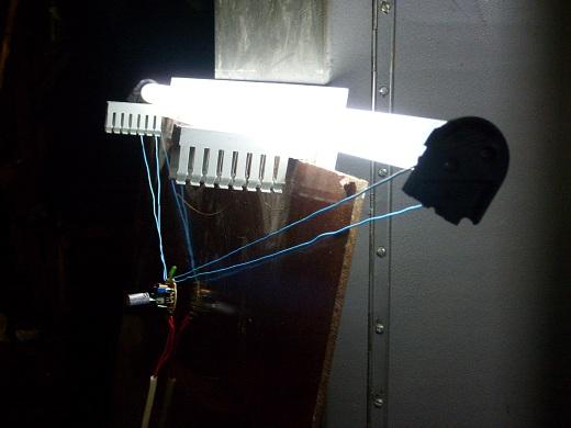 На снимке показан процесс подключения лампы через дроссель