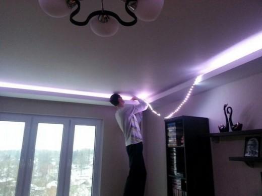 На фото показан процесс монтажа светодиодной ленты