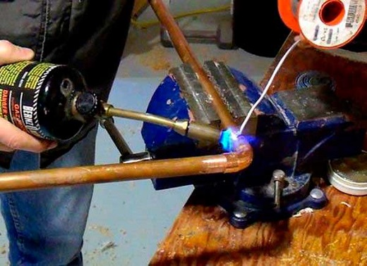 Наглядный пример пайки медной трубы на фото