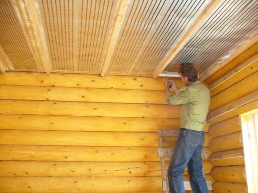 На фото показано как устанавливается инфракрасный пленочный обогреватель потолочный с терморегулятором