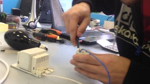 На фото показан процесс проверки исправности дросселя