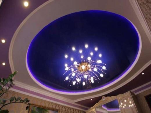 На фото светодиодная люстра на натяжном потолке