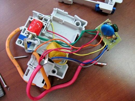 На фото представлено внутреннее устройство автоматического выключателя