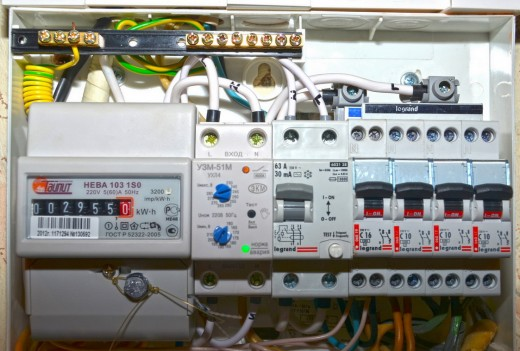 На фото показан щиток с трехфазным счетчиком, подключеным с соблюдением правил