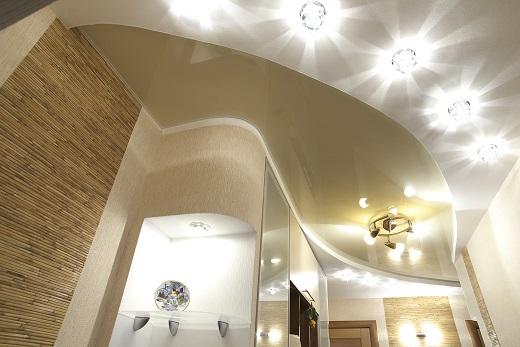 В спальных комнатах производят монтаж торшеров и крепят на стены дополнительные бра. Эта информация пригодится тем, кто планирует выбирать точечные осветительные элементы