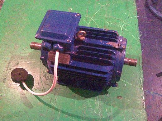 Генератор из асинхронного двигателя с самозапиткой на фото