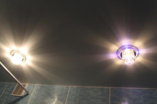 Одноуровневый натяжной потолок с точечными светильниками на фото