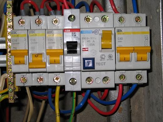 На фото подключение УЗО в цепь электропроводки