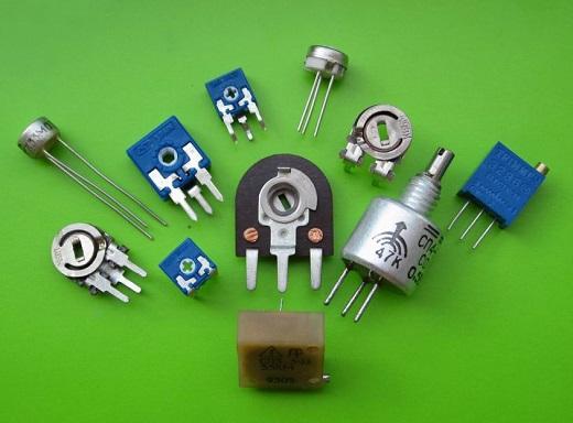Подстроечные и переменные резисторы на снимке