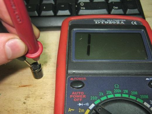 Проверка конденсатора с помощью мультиметра на сопротивление на смнимке