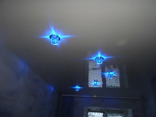 На фото пример расположения светильника