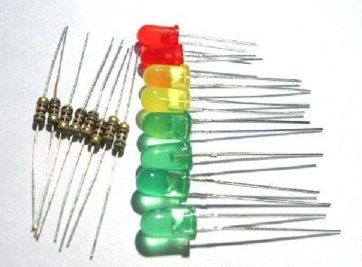 На снимке разные виды резисторов для светодиодов