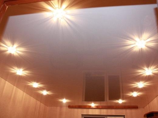 Точечные светильники с натяжным потолком на фото