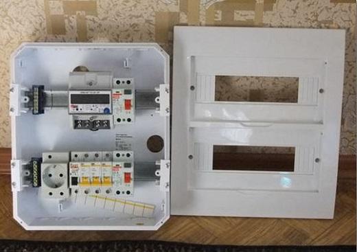 На фото пример установленного автомата в электрощиток