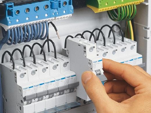 На снимке представлен процесс подключения автоматических выключателей