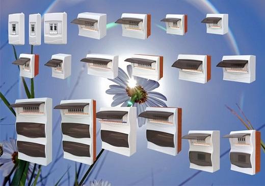 На снимке изображены различные боксы для автоматических выключателей