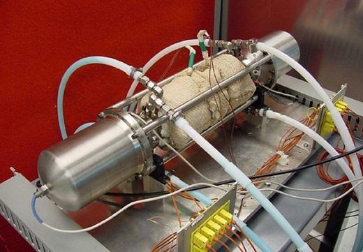 На фото двигатель Стирлинга с линейным генератором переменного тока