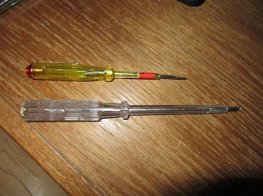 На фото индикаторные отвертки с батарейкой