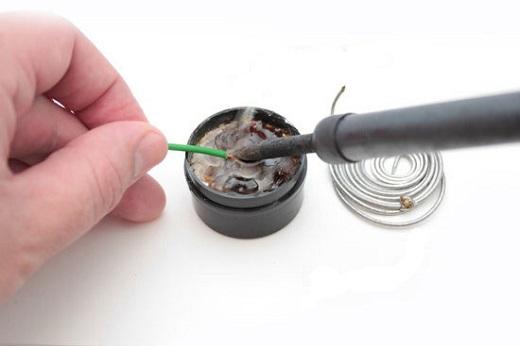 На фотографии показан процесс пайки проводов