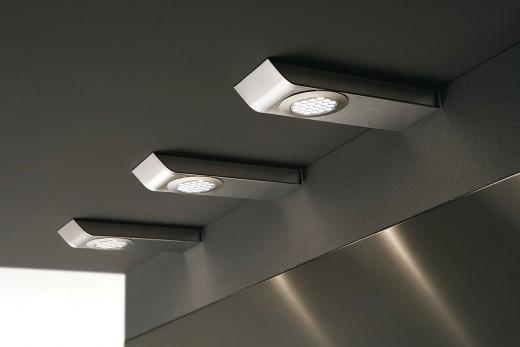 На картинке светодиодные светильники для кухни под шкаф