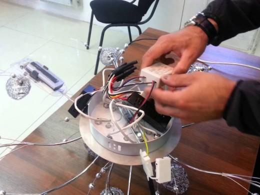 Процесс ремонта светодиодной люстры показан на снимке