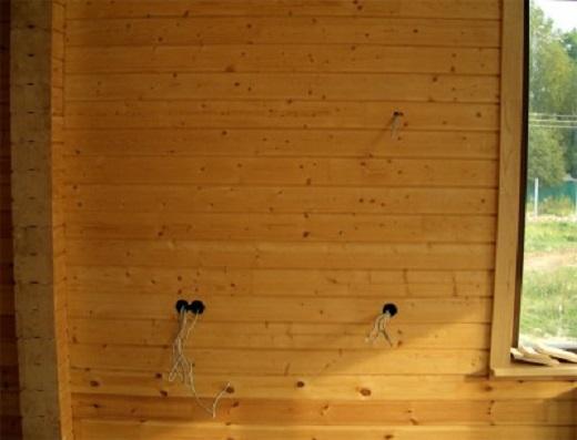 Пример скрытой проводки в деревянном доме на фото