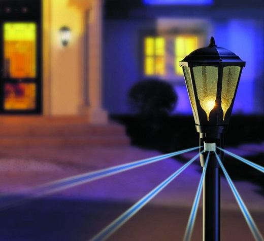 На фото фонарь с датчиком движения для включения света