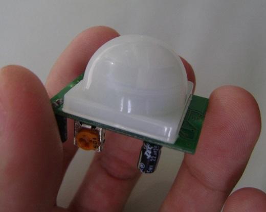 На снимке миниатюрный датчик движения для включения света