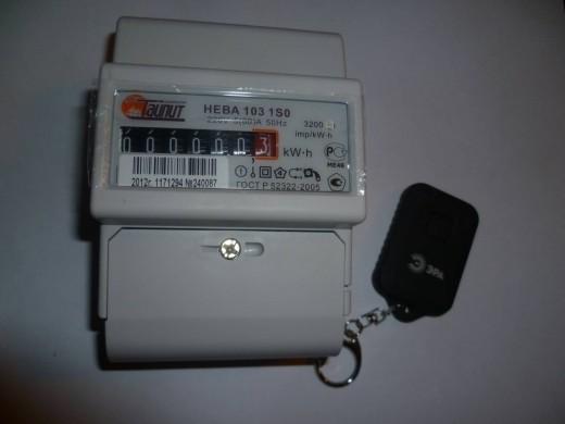 На фото однофазный многотарифный счетчик Нева МТ1 с пультом