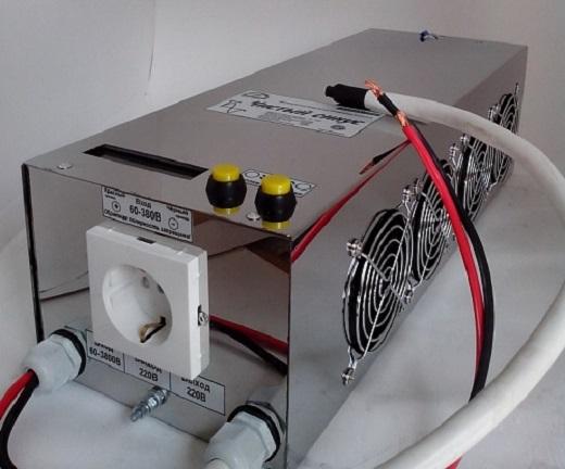 На снимке показан стабилизатор, готовый к подключению