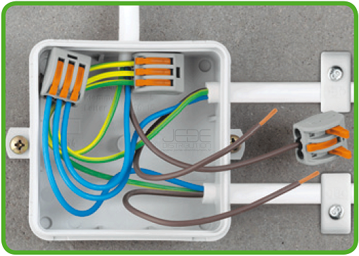 На фото распределительная коробка после соединения проводов