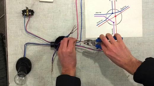 Соединение проводов в распределительной коробке на фото