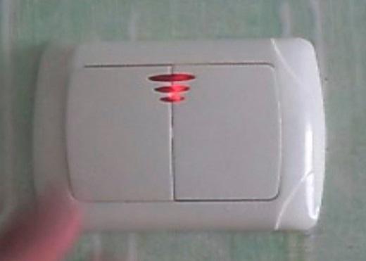 На снимке изображен подключенный выключатель с подсветкой Viko