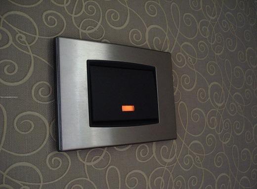 На фото пример выключателя с подсветкой